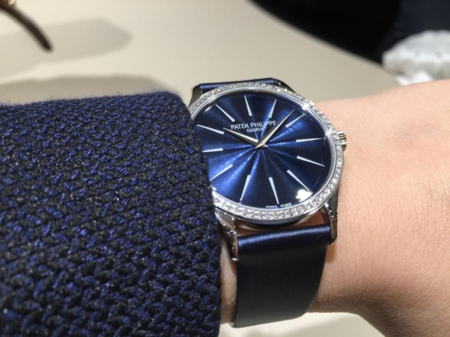 Wristshot: So sieht die Patek Philippe Ladies Calatrava Joaillerie Referenz 4897 am Handgelenk aus.