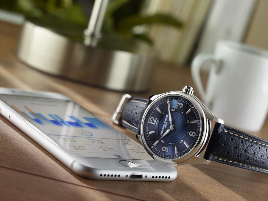 Frédérique Constant: Die neue Horological Smartwatch mit blauem Zifferblatt und roségold plattiertem Gehäuse