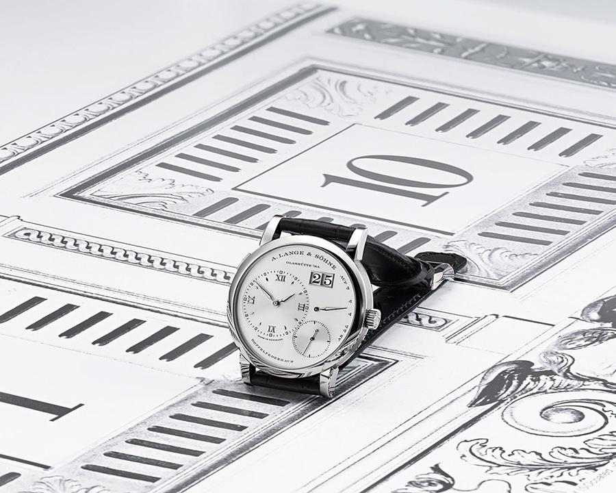 Designikone und historisches Vorbild: die Lange 1 in Weißgold auf einer Zeichnung der Fünf-Minuten-Uhr