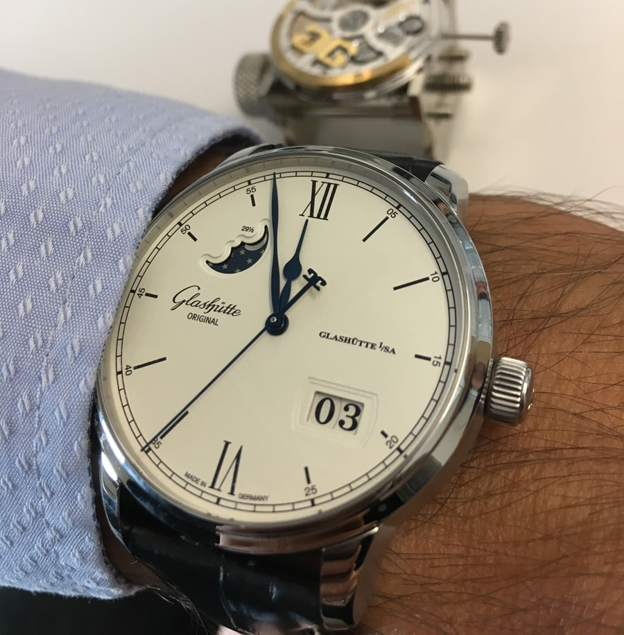 Am Handgelenk: Glashütte Original Senator Excellence Panoramadatum Mondphase in Edelstahl
