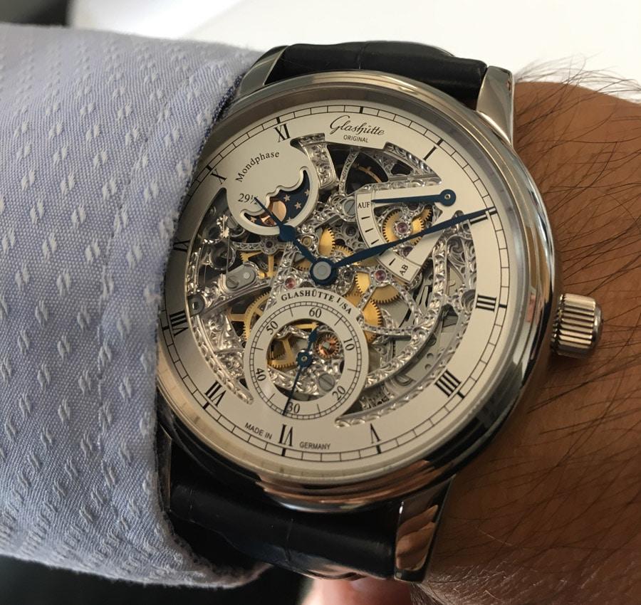 So sieht die Uhr am Handgelenk aus: Wristshot der Glashütte Original Senator Mondphase Skelettierte Edition