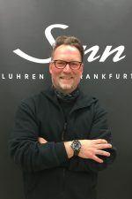 So sehen glückliche Gewinner aus: Arnd Dickel zeigt stolz seine EZM 9 TESTAF von Sinn Spezialuhren