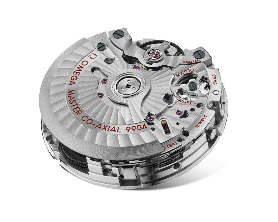 Die Moonwatch Co-Axial Moonphase ist mit dem Omega-Kaliber 9904 ausgestattet