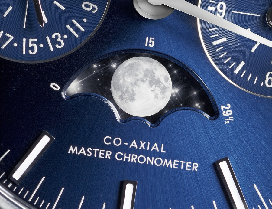 Im Detail: das Zifferblatt der Omega Speedmaster Moonwatch Co-Axial Master Chronometer Moonphase