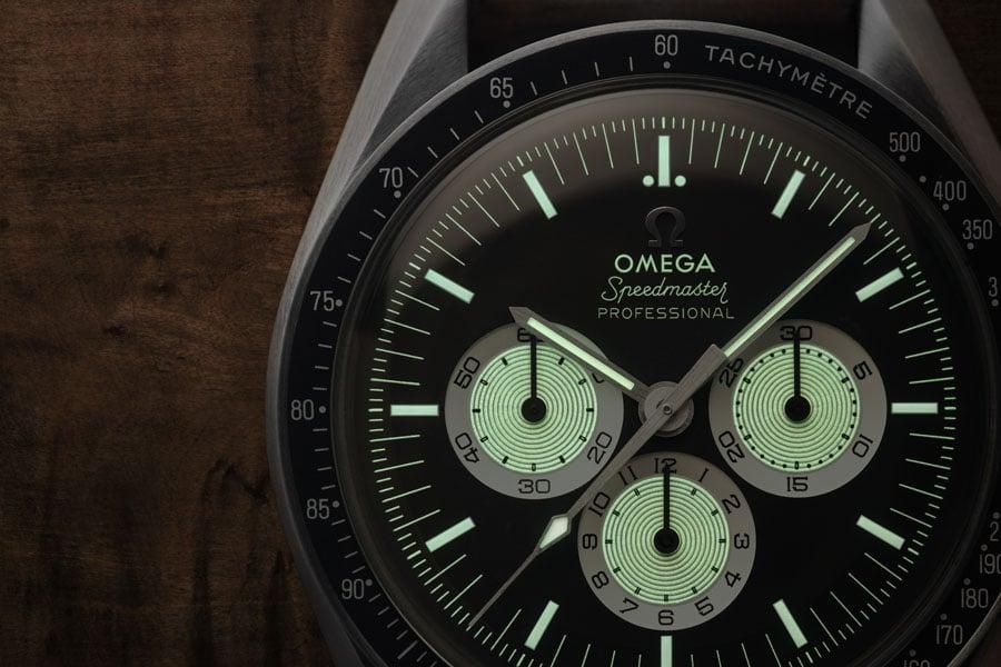 Zeiger, Indexe und Hilszifferblätter der Omega Speedmaster Speedy Tuesday Limited Edition leuchten nach