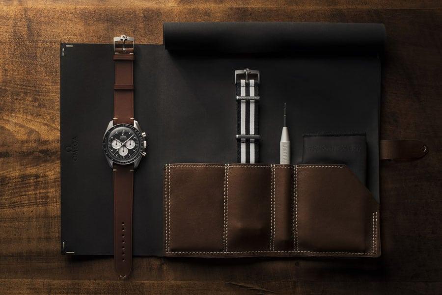 Die Omega Speedmaster Speedy Tuesday Limited Edition wird in einer Uhrenrolle aus Leder mit Nato-Armband und Bandwechselwerkzeug geliefert