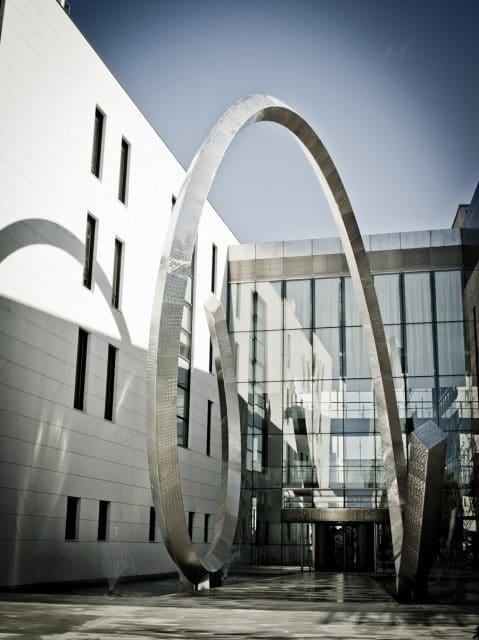 Die Spirale überspannt den Eingang der Manufaktur in Genf