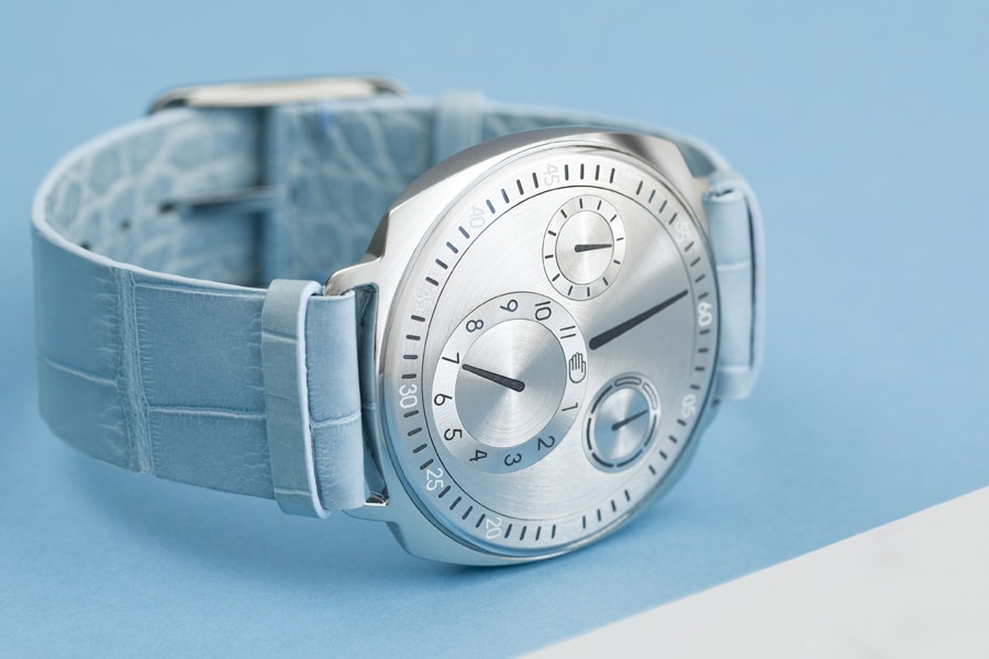 Ressence: Type 1² mit silbernem Zifferblatt und hellblauem Lederband