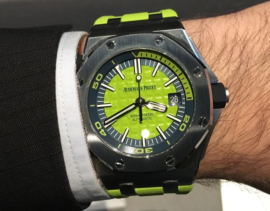 Wristshot: So sieht die Audemars Piguet Royal Oak Offshore Diver in Limette am Handgelenk aus, gesehen beim SIHH 2017
