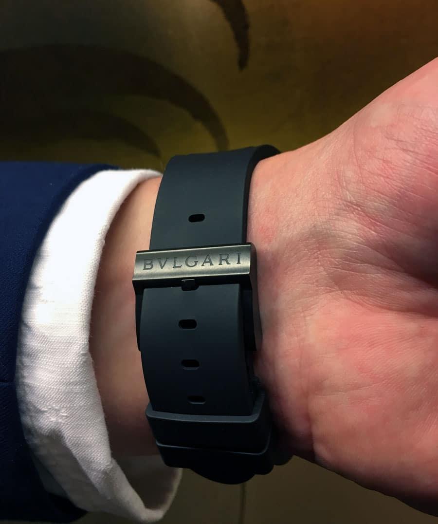 Das schwarze Kautschukband wird mit einer schwarz DLC-beschichteten Dornschließe am Handgelenk befestigt