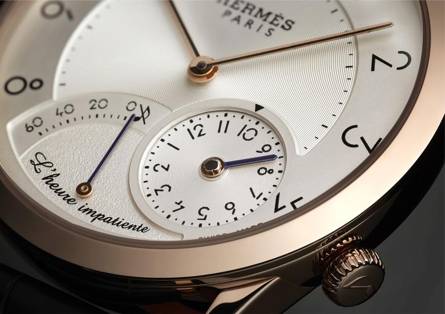 In der unteren Zifferblatthälfte der Slim d'Hermès L'heure impatiente befinden sich die beiden Anzeigen für das Schlagwerk.