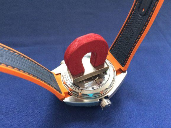 So ein winziger Magnet kann der Omega Seamaster Planet Ocean 600 M Co-Axial Master Chronometer nichts anhaben