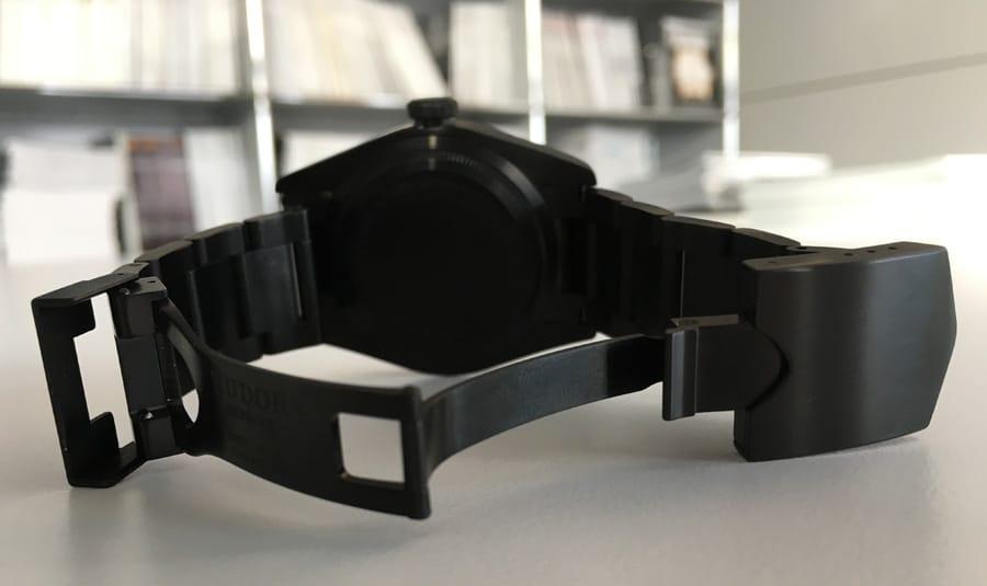 Das Stahlband und die Faltschließe mit Sicherheitsbügel sind gut verarbeitet, die Bandglieder verschraubt statt nur verstiftet.