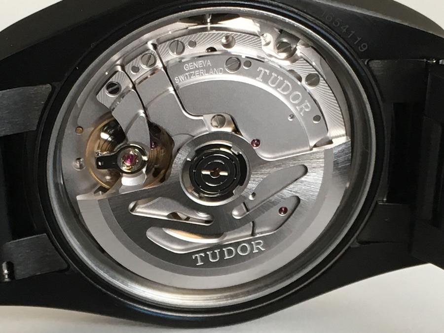 Die Verzierungen des Manufakturkalibers MT5602 sind rudimentär.