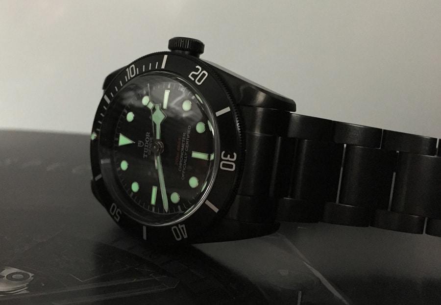 Die Uhrzeit lässt sich bei Tag und Nacht perfekt, die Tauchzeit nur bei ausreichend Licht gut ablesen.