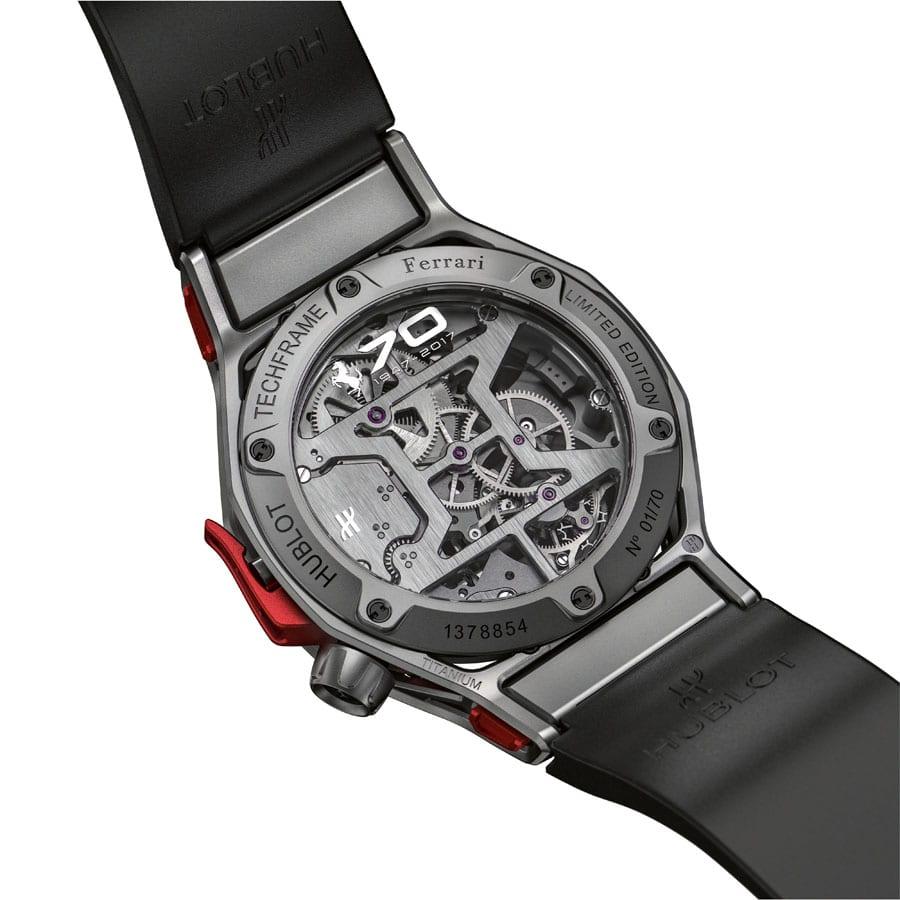Den Saphirglasboden der Hublot Techframe Ferrari 70 Years Tourbillon Chronograph ziert das Jubiläumslogo von Ferrari