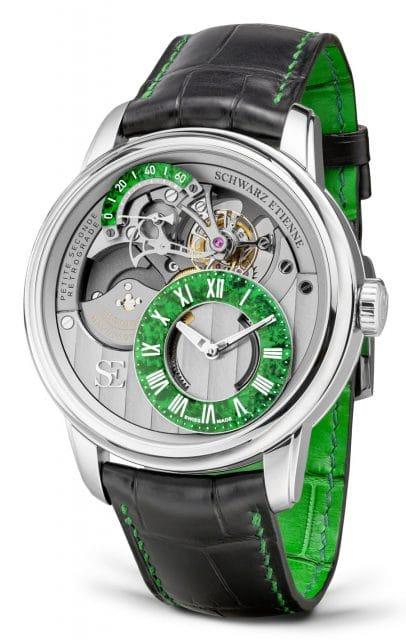 Das Armband des Tourbillon Petite Seconde Rétrograde in Edelstahl von Schwarz Etienne ist in Grün unterlegt