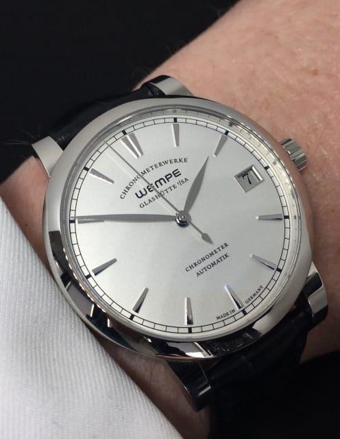 Die Wempe Chronometerwerke Automatik liegt gut am Arm.