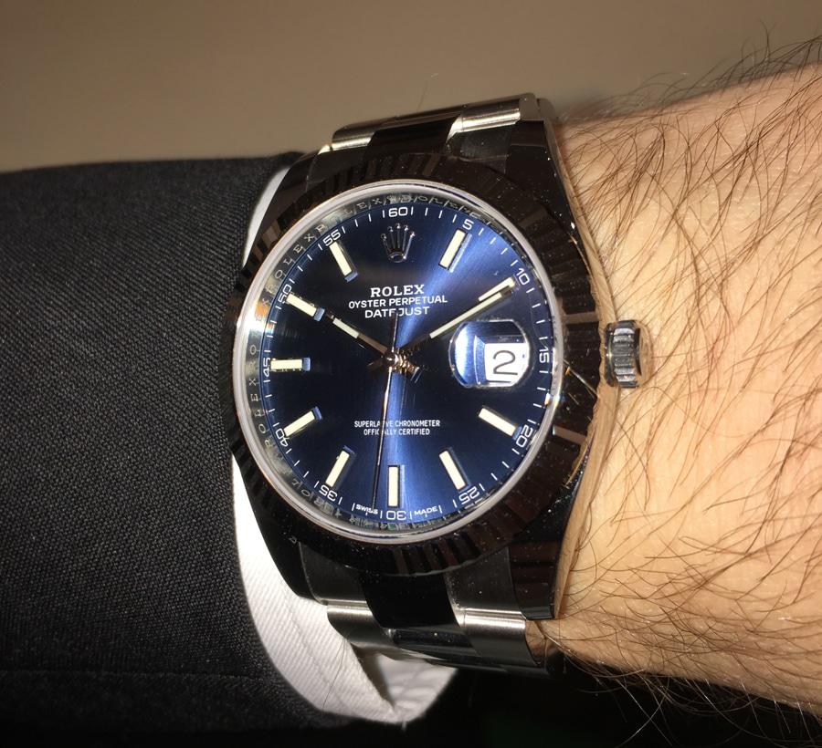 Wristshot der Rolex Oyster Perpetual Datejust 41 in Edelstahl mit blauem Zifferblatt