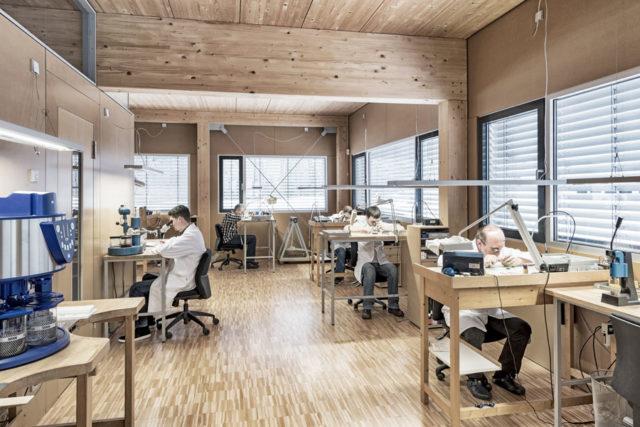 Im 2013 eröffneten Firmengebäude werden Uhren produziert, repariert und mit individuellen Gravuren versehen