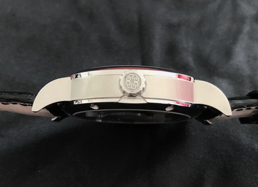 Das 41 Millimeter große Stahlgehäuse besitzt tief herabgezogene Bandanstöße, die dem Chronometer zu sehr guten Trageeigenschaften verhelfen.