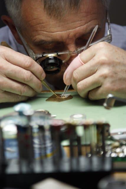 Im Atelier von Blancpain fertigt ein Uhrmacher seine Uhr von Anfang bis zum Ende.