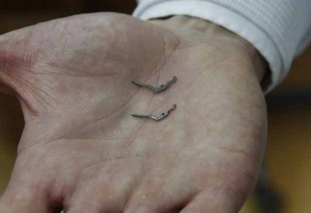 Die Kleinteile eines Blancpain-Kalibers vor und nach dem Anglieren und Polieren der Kanten auf Hochglanz.