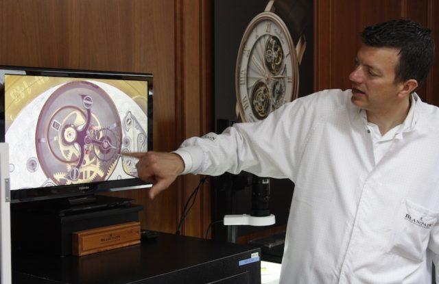 Mit Hilfe eines Mikroskops erläutert uns Mathieu Rochat von Blancpain am Bildschirm die Funktionsweise eines Karussells.