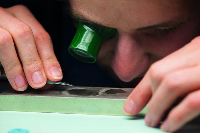 Das Polieren der Schraubenköpfe mit dem Zinnblock kann bei Lang & Heyne schon mal 45 Minuten dauern