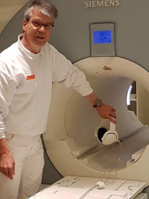 Dr. Hans-Ulrich Röder aus Heidenheim mit der Omega Seamaster Planet Ocean 600 M Co-Axial Master Chronometer an seinem MRT