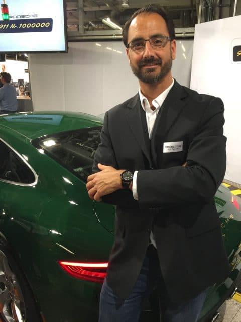 Chronos-Redakteur Alexander Krupp mit Uhr und Auto