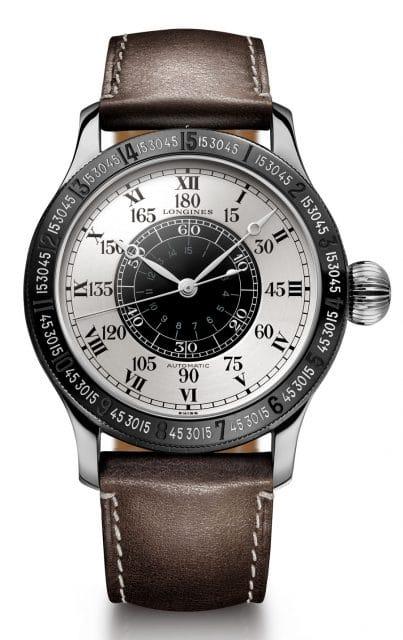 Longines feiert in diesem Jahr das 90. Jubiläum des ersten transatlantischen Alleinflugs ohne Zwischenlandung – durchgeführt von Charles Lindbergh und begleitet vom Schweizer Uhrenhersteller als Zeitnehmer. Aus diesem Anlass präsentiert die Marke eine nummerierte und auf 90 Stück limitierte Auflage ihrer Stundenwinkeluhr, die sie gemeinsam mit dem berühmten Piloten nach seinem historischen Flug entwickelt hatte. Der außergewöhnliche Zeitmesser aus Stahl und Titan birgt im Inneren seines Gehäuses von 47,5 mm Durchmesser das Kaliber L699. Das schlichte, gebürstete silberfarbene Zifferblatt zeigt die Zeit mit Hilfe einer Eisenbahnminuterie und aufgemalten römischen Ziffern an. Es verfügt zudem über eine 180-Grad-Skala zur Berechnung des Längengrads. Die Synchronisation des Sekundenzeigers mit dem Radiozeitzeichen erfolgt über ein schwarz galvanisiertes, drehbares Zifferblatt im Zentrum. Eine Drehlünette aus Stahl mit schwarzer PVD-Beschichtung ermöglicht es außerdem, die tägliche Abweichung der Zeitgleichung zu berücksichtigen. Ein braunes Lederband in Fliegeroptik, das dank einer Verlängerung auch über einer voluminösen Fliegerjacke getragen werden kann, vervollständigt diesen Ausnahmezeitmesser.