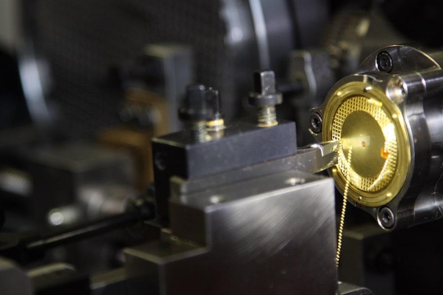 Das Tapisserie-Muster der der Royal-Oak-Zifferblätter werden mit dieser Maschine einzeln geschnitten.