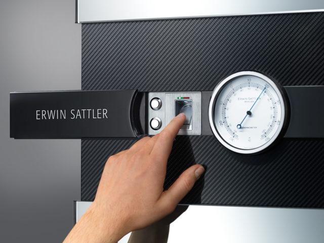 Über den Fingerabdruckscanner öffnet sich das Panel des Rotalis 15.