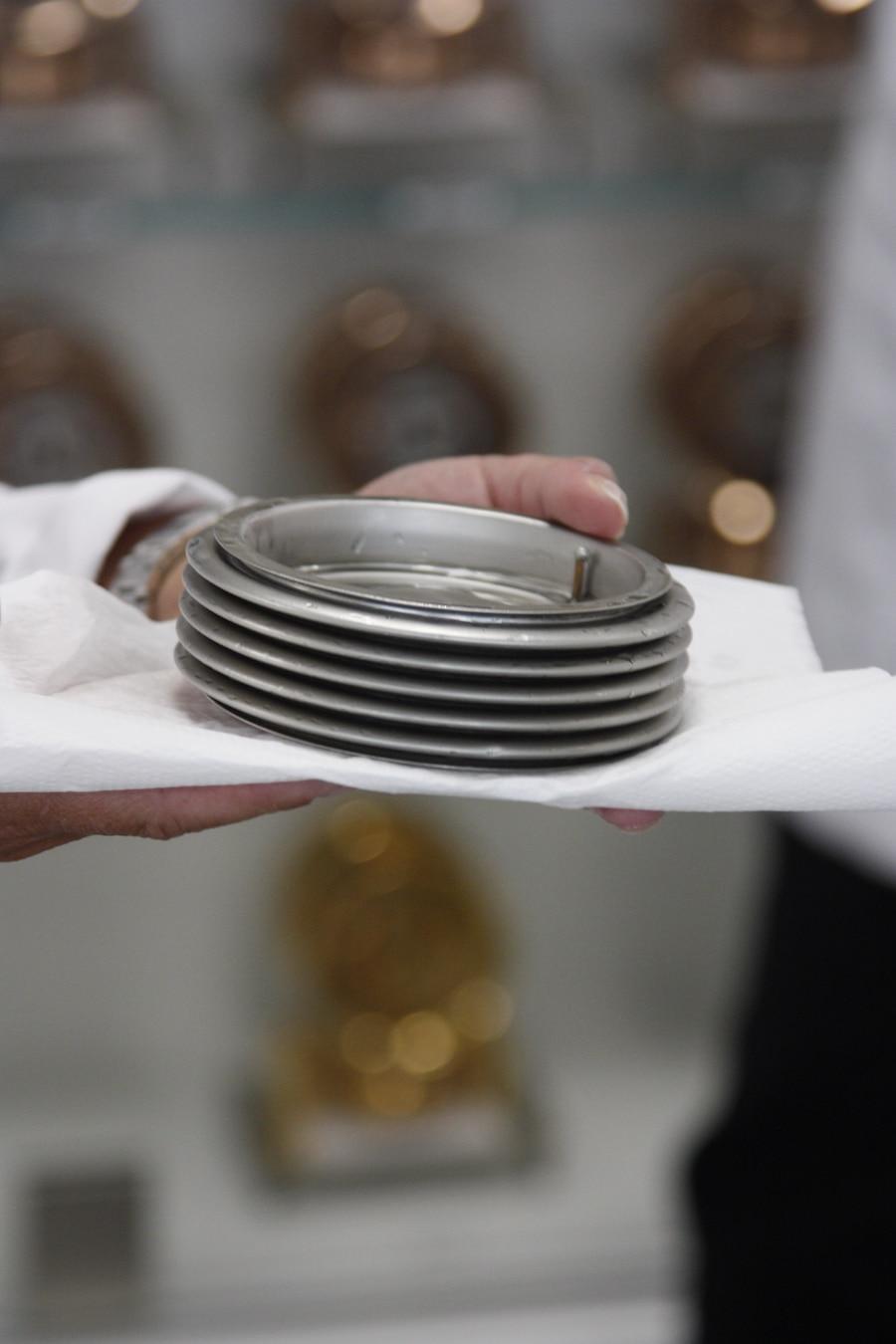 Diese gasgefüllte Aneroiddose einer Atmos-Uhr reagiert so empfindlich auf Temperaturschwankungen, dass ein Grad Unterschied zu 24 Stunden Gangdauer führen
