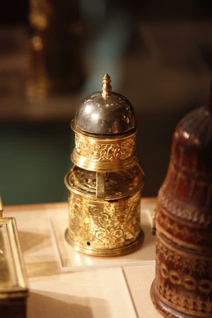 Auch Kuriositäten aus der Frühgeschichte der Zeitmessung wie diesen Reisewecker beherbergt das Patek-Philippe-Museum .