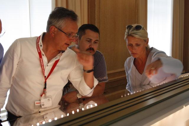 Teilnehmer der UHREN-MAGAZIN-Leserreise Schweiz 2017 im Patek-Philippe-Museum an einer Vitrine.