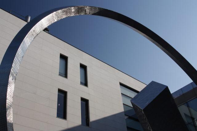 Eine gigantische Spirale überwölbt den Eingang zum Firmensitz von Patek Philippe in Genf.