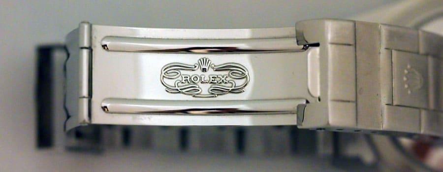 Markenschriftzug in der Schließe der Rolex Submariner 14060M