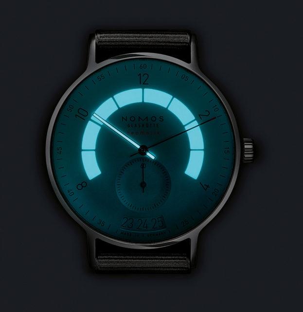Einzigartig ausgeleuchtet: die Nomos Glashütte Autobahn Neomatik Datum erstrahl in Blau