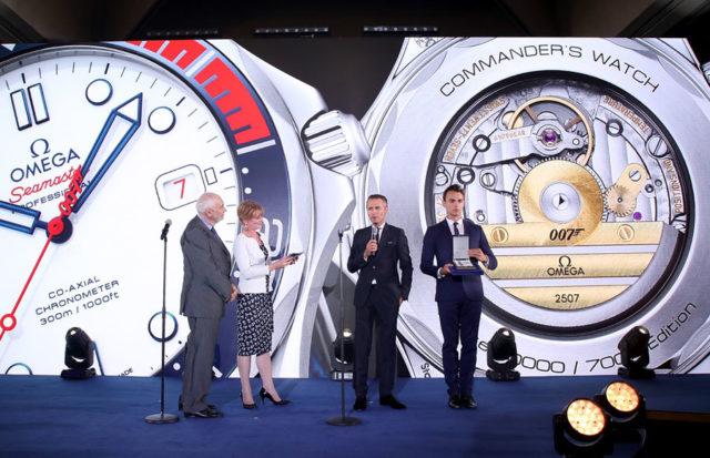 """Vorstellung der neuen Jamens-Bond-Uhr: Filmproduzent Michael G. Wilson, """"Miss Moneypenny"""" Samantha Bond und Omega-Chef Raynald Aeschlimann"""