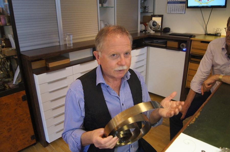 Uhrmachermeister Burkhard Morgenstern leitet das Uhrenseminar.