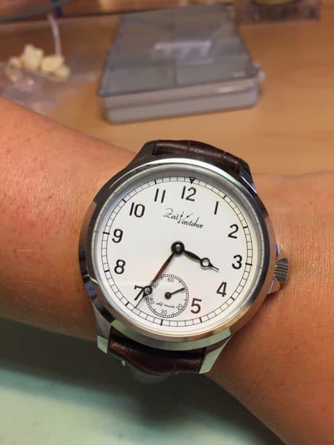 Am Ende erhalten wir eine schöne Uhr mit Marine-Zifferblatt.