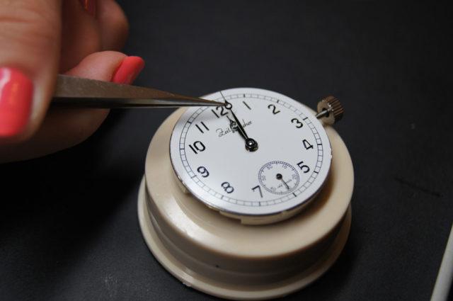 Keine alltägliche Arbeit für einen Uhrmacher: Das Zeigersetzen.