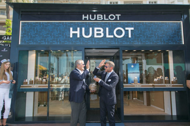 Hublot-CEO Ricardo Gaudalupe (links) und Lapo Elkann mit der Big Bang Blue vor der Boutique in Cannes