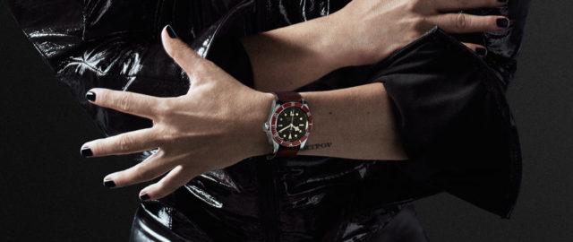 Lady Gaga trägt auf dem Kampagnenbild eine Tudor Heritage Black Bay