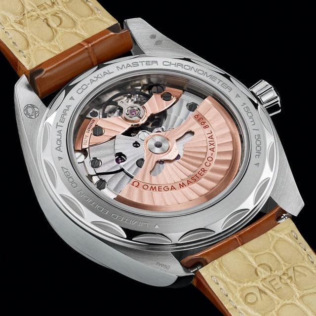 Durch den Saphirglasboden sichtbar: Das Manufakturkaliber 8939 der Seamaster Aqua Terra Worldtimer Master Chronometer Limited Edition
