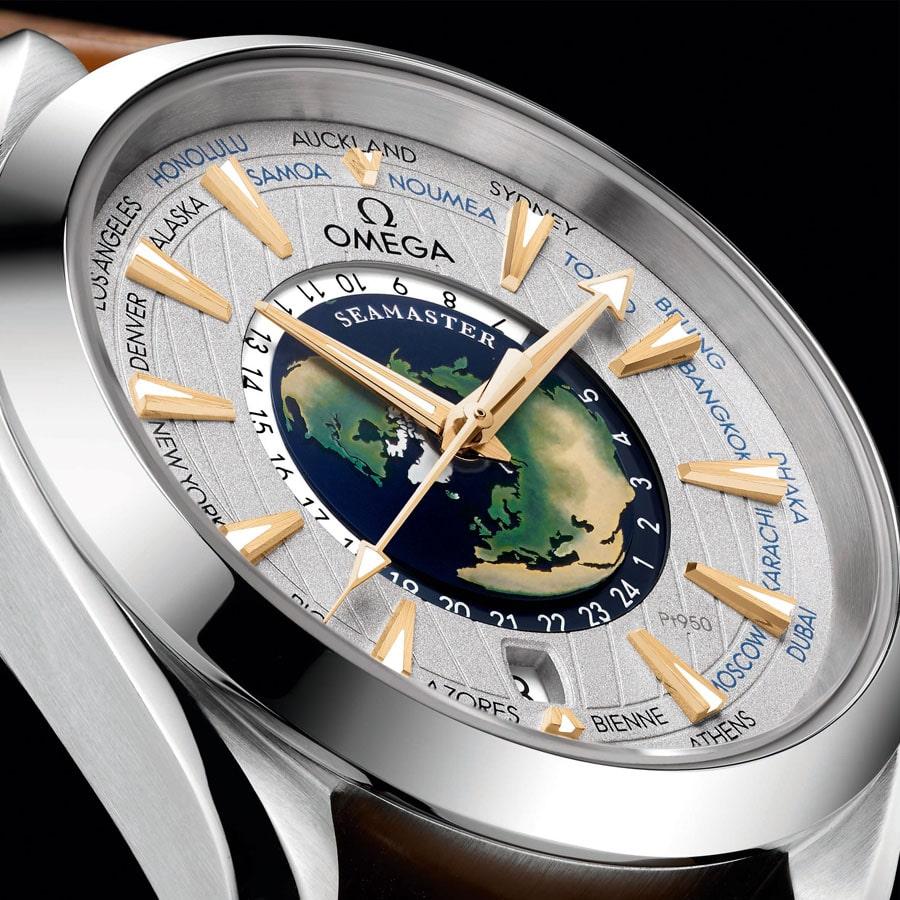 Das Platinzifferblatt der Omega: Seamaster Aqua Terra Worldtimer Master Chronometer Limited Edition zeigt in der Mitte eine Weltkarte aus Email