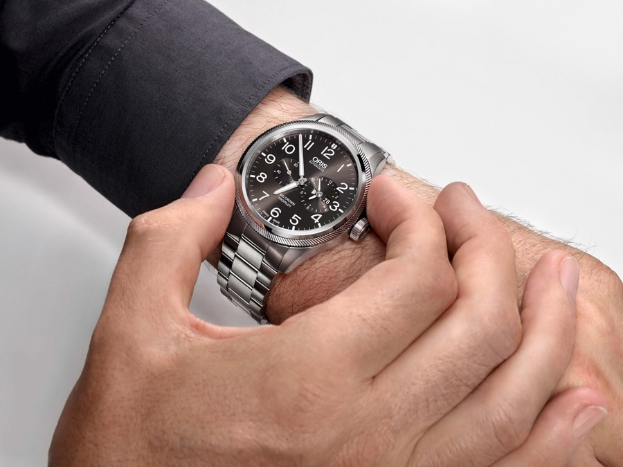 Zum Einstellen der zweiten Zeitzone wird bei der Oris Big Crown ProPilot Worldtimer die Lünette im bzw. gegen den Uhrzeigersinn gedreht. So lässt sich der Stundenzeiger in Stundenschritten verstellen.