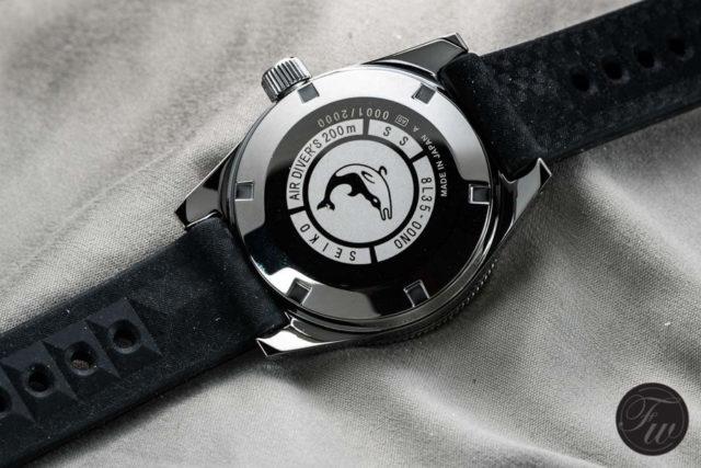 Die Gehäuserückseite der Seiko Prospex SLA017 zeigt das Delfin-Emblem, das auch die 62MAS besaß